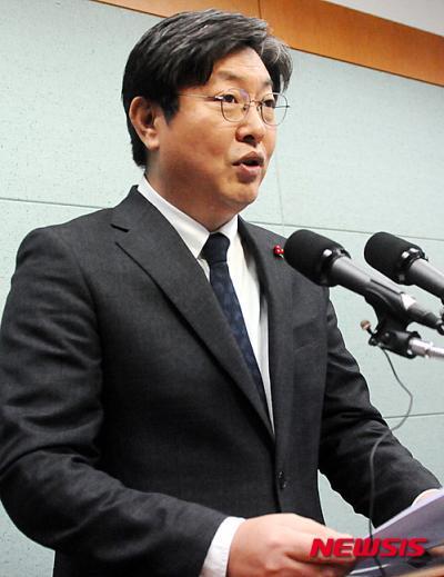 '이춘석 의원' '설훈 의원' 더불어민주당 이춘석 의원이 13일 전북도의회 브리핑룸에서 기자회견을 갖고 있다. /사진=뉴시스