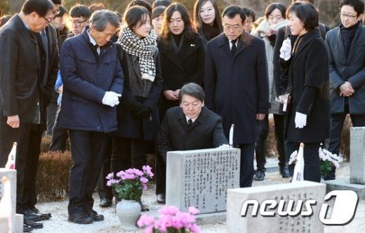 국민의당 안철수 창당준비위원회 인재영입위원장이 14일 오전 서울 강북구 4.19 민주묘지를 찾아 희생자들의 묘역을 참배하고 있다. /사진=뉴스1 오대일 기자
