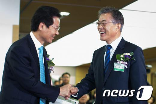 '문재인 천정배' 무소속 천정배 의원(왼쪽), 문재인 더불어민주당 대표. /사진=뉴스1