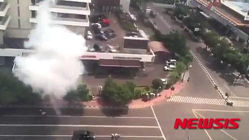 14일 인도네시아 수도 자카르타 도심 사리나 쇼핑몰 주변에서 테러 공격으로 추정되는 폭발이 발생해 최초 3명이 사망하는 사건이 발생했다. 사진은 테러로 추정되는 폭발물이 터지는 모습. /사진=뉴시스