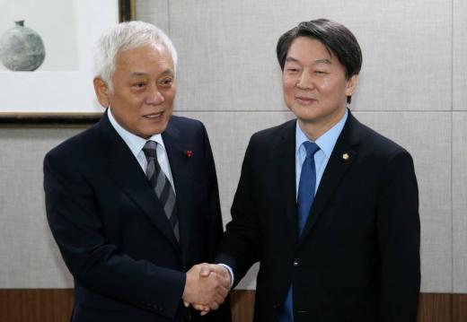 더불어민주당을 탈당한 안철수 의원(오른쪽)과 김한길 의원이 지난 7일 '신당 창당'을 함께 하기로 결정했다. /뉴스1
