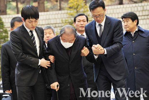 효성그룹 조석래 회장(81)의 1심 선고 공판이 15일 서울 서초동 서울중앙지방법원에서 열린 가운데 조 회장이 법정에 출두하고 있다. /사진=임한별 기자