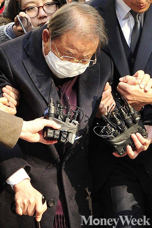 [MW사진] 법정구속 면한 조석래, 징역 3년·벌금 1365억원 선고
