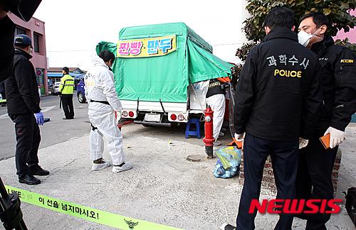 15일 오전 10시25분쯤 전남 강진에서 벌어진 살인사건에서 경찰이 사건 현장을 감식하고 있다. /사진=뉴시스