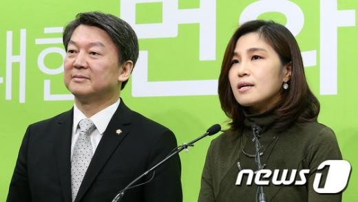 '천근아 교수' 국민의당 '아이들미래위원회' 대표에 임명된 천근아 연세대 교수(오른쪽)가 20일 오전 서울 마포구 당사에서 기자회견을 갖고 있다. /사진=뉴스1