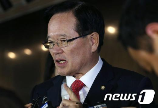 정의화 국회의장이 19일 오전 서울 여의도 국회로 출근하던중 취재진의 질문에 답하고 있다.