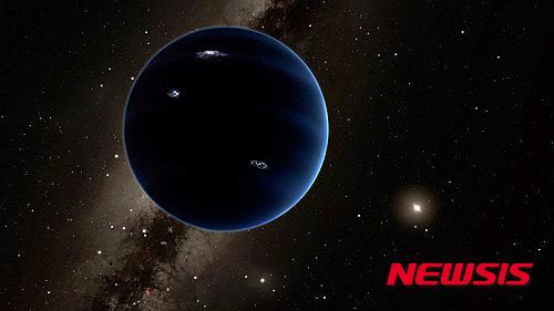 미국 캘리포니아공과대학의 연구팀이 20일(현지시간) '천문학 저널'에 발표한 논문에서 태양계의 맨 끝 쪽에 '9번째 행성'이 존재한다고 주장해 학계의 비상한 관심을 받고 있다. 사진은 연구팀이 '9번 행성'으로 명명한 이 행성의 가상 그래픽 이미지. /사진=뉴시스(출처 캘리포니아공과대학)
