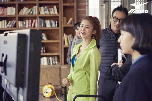 ▲걸그룹 EXID의 정화가 미즈노스포츠 화보 촬영장에서 휴식을 취하고 있다.