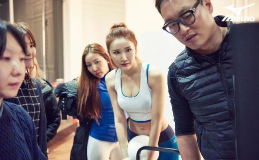 ▲걸그룹 EXID의 LE가 미즈노스포츠 화보 촬영 중 진지하게 모니터링을 하고 있다.