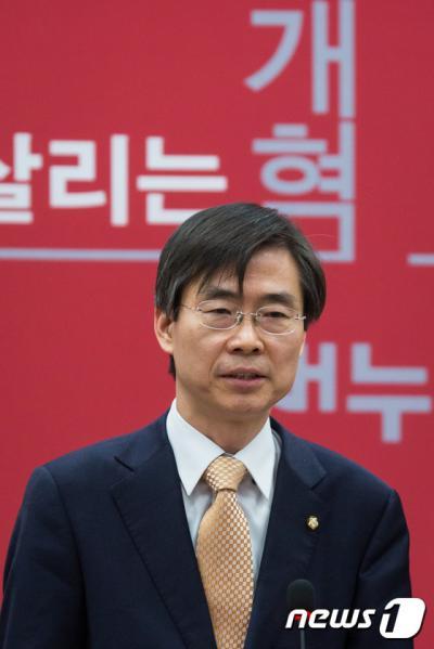 더불어민주당을 탈당한 조경태 의원이 21일 새누리당 최고위원회에 참석해 인사를 하고 있다. /사진=뉴스1