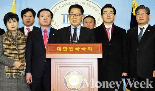 더불어민주당 박지원 의원이 22일 서울 여의도 국회 정론관에서 기자회견을 열고 탈당을 공식화했다. /사진=임한별 기자