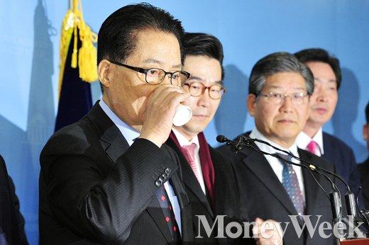 [MW사진] 지지자들을 뒤로한 채 목축이는 박지원