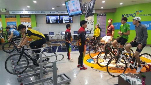 경륜 김용남(가운데 오른쪽), 이재일 선수가 시민들에게 자전거 롤러 원포인트 레슨을 진행하고 있다. /사진제공=국민체육진흥공단