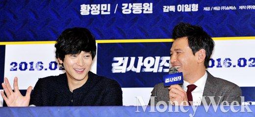 [MW사진] 바라만 봐도 웃음이 나오는 황정민-강동원