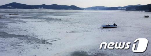 지난 20일 오후 충남 서산시 지곡면 중왕리 가로림만 앞바다가 20~30cm 두께로 얼어붙어 있다. /사진=뉴스1(서산시 제공)
