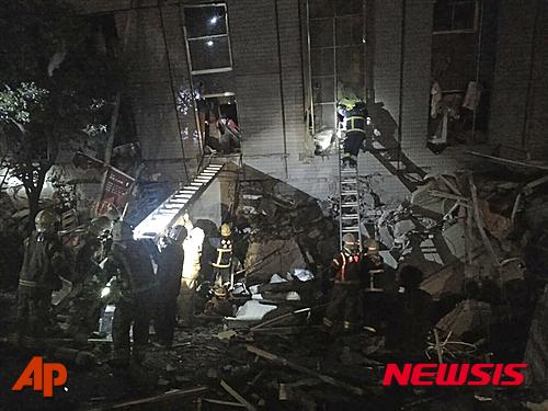 대만 구조대원들이 6일 오전(현지시간) 남부 타이난에서 지진으로 무너진 건물 안으로 진입하고 있다. /사진=뉴시스(AP 제공)