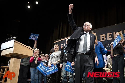 '버니 샌더스'. 미국 민주당 대선 경선후보가 2일(현지시간) 뉴햄프셔주 클레어몬트에서 연설 후 지지자들을 향해 주먹 쥔 손을 치켜 올려보이고 있다. /사진=뉴시스