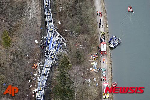 9일 오전(현지시간) 독일 남부 바이에른주 바트 아이블링 인근에서 통근열차 2대가 정면으로 충돌하는 사고가 발생했다./사진=AP, 뉴시스
