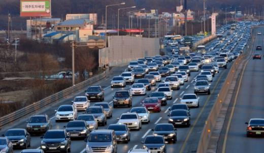 설 연휴 막바지인 9일 오후 영동고속도로 인천방향(왼쪽)이 귀경차량으로 정체되고 있다/사진=뉴스1DB