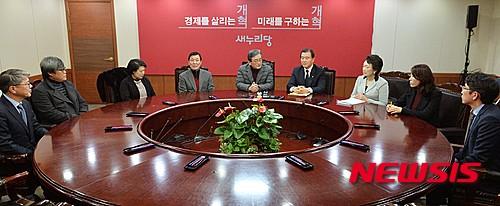 '이한구' 새누리당 이한구 공천관리위원장이 지난 6일 저녁 서울 여의도 새누리당사에서 공천관리위원회의를 열고 모두발언을 하고 있다./사진=뉴시스