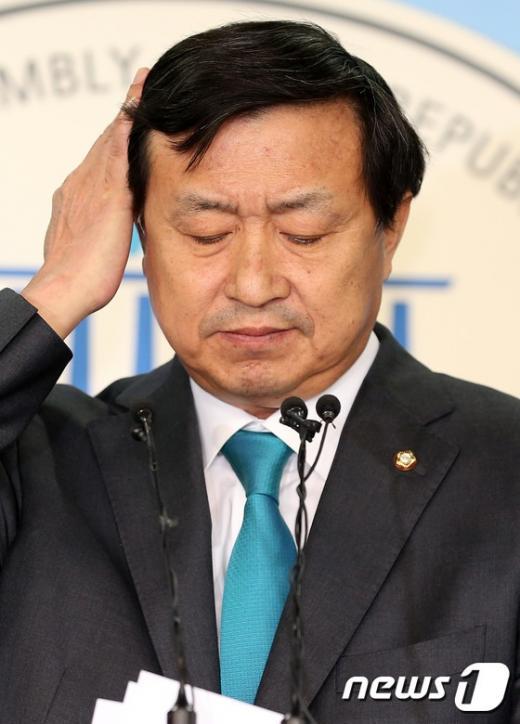 '신기남' 신기남 더불어민주당 의원이 14일 서울 여의도 국회 정론관에서 탈당 기자회견을 하고 있다./사진=뉴스1