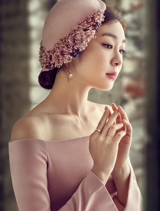 """김연아 핑크빛 화보 공개…""""여성미 물씬"""""""