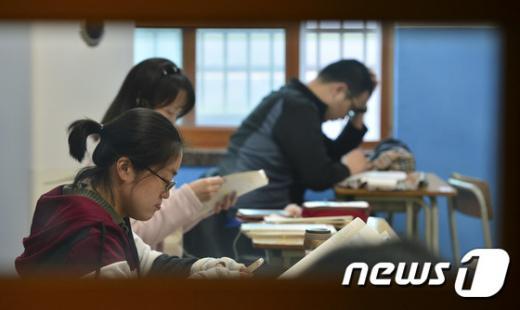 '사법시험'  제58회 사법시험 1차 시험이 열린 27일 오후 서울 중구 한양공업고등학교에서 응시생들이 시험을 준비하고 있다./사진=뉴스1