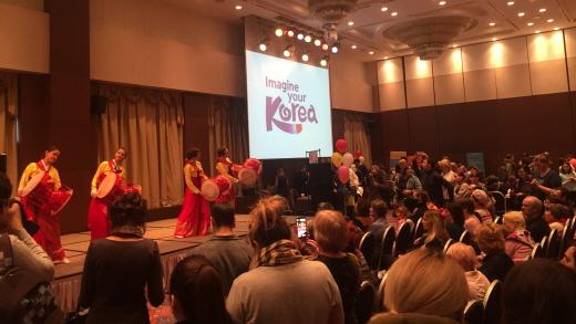 5일 현지 대학생으로 구성된 국악 공연단이 블라디보스토크 한국관광상품전에서 한국 전통문화를 소개하고 있다. /사진제공=한국관광공사