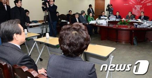 지난 6일 오전 서울 여의도 새누리당사에서 실시된 공천면접에 참석한 김무성 대표(왼쪽)가 공천관리위원들의 질문을 받고 있다. /사진=뉴스1