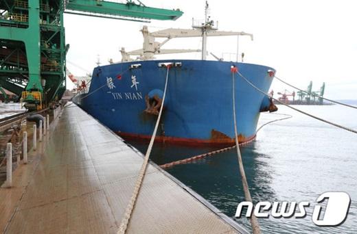 남한과 북한 러시아 3개국의 복합 물류 협력사업인 나진-하산 프로젝트 3차 시범 운송에 나선 인니엔(4만톤급)호가 지난해 11월 포항신항 13번 선석에 입항해 하역 작업을 하고 있다. /사진=뉴스1(포스코 제공)