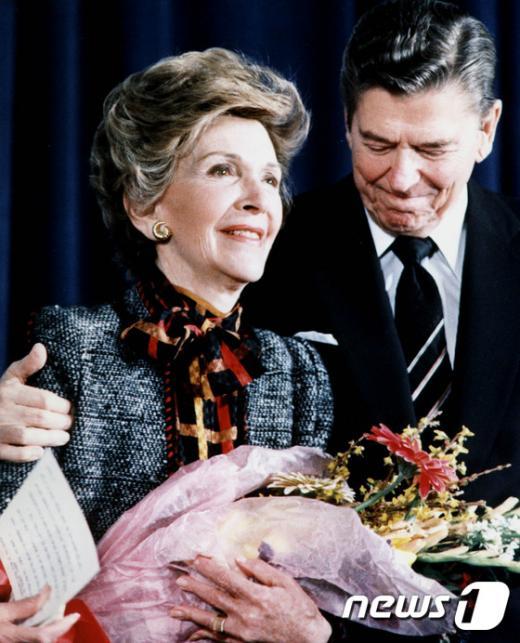 고 로널드 레이건 전 미국 대통령과 영부인 낸시 레이건이 지난 2000년 5월 백악관에서 회견을 한 뒤의 모습. /사진=뉴스1(AFP 제공)