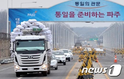 지난달 11일 개성공단 입주기업 차량이 개성공단에서 물품들을 싣고 통일대교를 나서고 있다. /자료사진=뉴스1