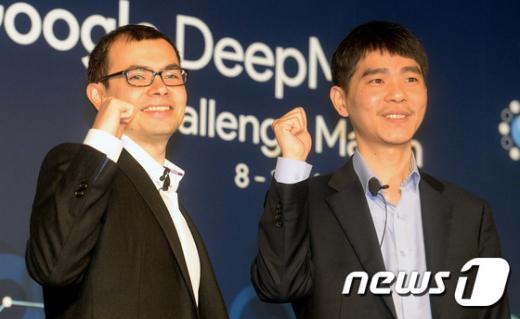 이세돌 9단과 구글딥마인드가 개발한 인공지능(AI)프로그램 알파고(AlphaGo)의 대국을 하루 앞 둔 8일 오전 서울 종로구 포시즌스호텔 서울 기자간담회장에서 이세돌 9단과 데미스 하사비스 구글딥마인드 CEO가 미소를 지으며 파이팅을 외치고 있다. /사진=뉴스1