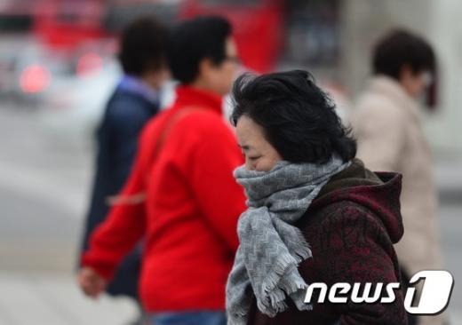 지난 8일 오후 서울 광화문네거리에서 시민들이 다소 추워진 날씨에 잔뜩 움츠린 채 발걸음을 재촉하고 있다. /사진=뉴스1