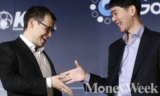 이세돌 9단과 구글딥마인드가 개발한 인공지능(AI)프로그램 알파고(AlphaGo)의 대국을 하루 앞 둔 8일 서울 광화문 포시즌스 호텔 서울에서 열린 가운데 데미스 하사비스 구글 딥마인드 최고경영자(왼쪽)와 이세돌 9단이 악수를 하고 있다. /사진=임한별 기자