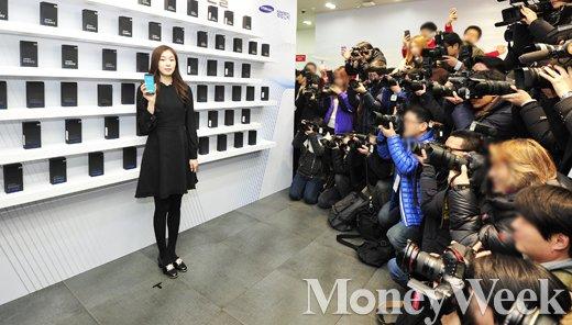 [MW사진] 시선 강탈한 갤럭시S7 든 김연아