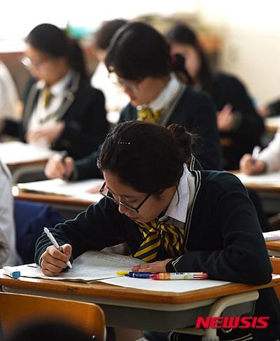 2016년 전국연합학력평가가 실시된 지난 10일 오전 경기도 수원시 영복여자고등학교에서 3학년 학생들이 시험 준비를 하고 있다. /사진=뉴시스