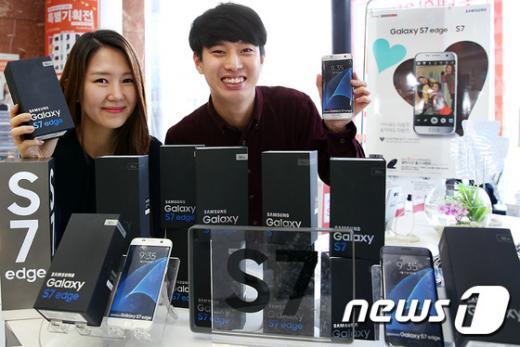 모델이 롯데하이마트에서 삼성전자의 '갤럭시S7' 시리즈를 소개하고 있다. /사진=뉴스1(롯데하이마트 제공)