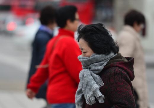 서울 광화문네거리에서 시민들이 다소 추워진 날씨에 잔뜩 움츠린 채 발걸음을 재촉하고 있다. /서울 뉴스1 손형주 기자