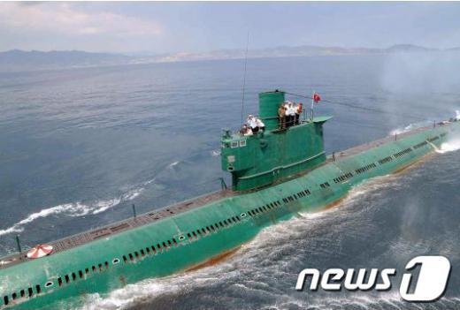 사진은 2014년 6월 김정은 북한 국방위 제1위원장이 동해함대사령부 예하 잠수함 부대를 시찰하고 있는 모습. /자료사진=뉴스1(노동신문 제공)