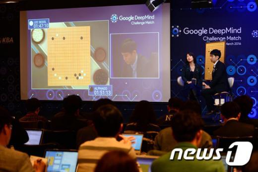 이세돌 9단과 구글의 인공지능(AI) '알파고'의 5번기 제4국이 펼쳐지고 있는 13일 오후 서울 종로구 포시즌스 호텔에 마련된 미디어 해설실에서 해설자들이 해설을 하고 있다. /사진=뉴스1 이광호 기자