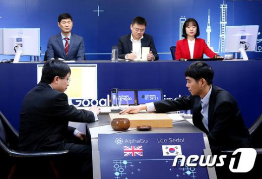 이세돌 9단이 13일 오후 서울 종로구 포시즌스 호텔에서 구글 알파고와 4차 대국을 펼치고 있다. /사진=뉴스1
