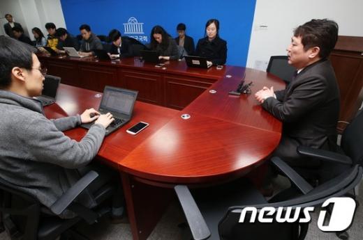 최재성 더불어민주당 의원이 13일 오후 서울 여의도 국회 의원회관에서 기자간담회를 열고 현안과 관련한 입장을 밝히고 있다. /사진=뉴스1 오대일 기자