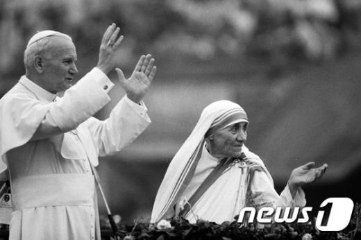 1986년 인도 콜카타에서 테레사 수녀(오른쪽)와  교황  요한  바오로 2세. /사진=뉴스1(AFP 제공)