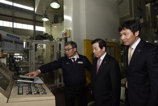 이원태 수협은행장(가운데)이 16일 광주광역시 광산구 소재 ㈜대웅에스앤티의 생산시설을 둘러보고 있다./사진=수협은행