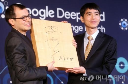 이세돌 9단(오른쪽)이 인공지능 바둑 프로그램 알파고와의 세기의 대결을 마감한 가운데 15일 오후 서울 포시즌스호텔에서 시상식이 열리고 있다. /사진=머니투데이
