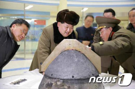 김정은 북한 국방위원회 제1위원장이 탄도로켓 전투부(미사일 탄두 부분) 첨두의 대기권 재진입환경 모의시험을 지도했다고 노동신문이 지난 15일 보도했다. 김 위원장이 탄도로켓 전투부 추정 물체를 살펴보고 있다. /사진=뉴스1