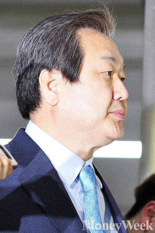 [MW사진] 새누리당 비공개 최고위회의 빠져 나온 김무성