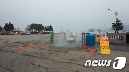 금강하굿둑 방역초소에서 지나는 차량에 대해 소독을 실시하고 있다. /사진=뉴스1