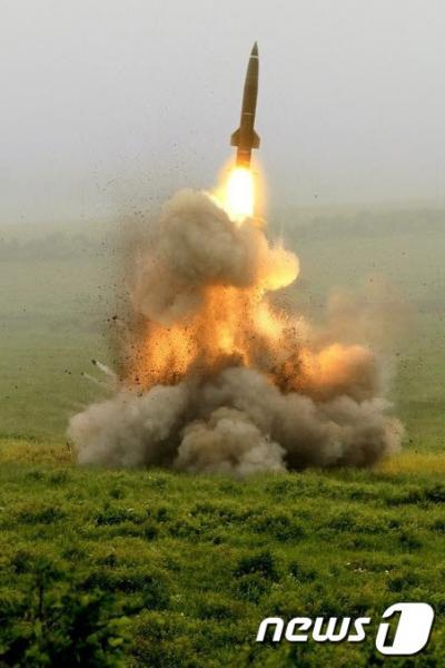 북한이 21일 오후 3시19분쯤 함경남도 함흥 북방 일대에서 동해상으로 탄도미사일 수발을 추가 발사했다. 사진은 북한이 보유한 KN-02 단거리 탄도 미사일의 원형인 옛 소련제 SS-21 스캐럽 미사일이 발사되는 모습이다. /사진=뉴스1